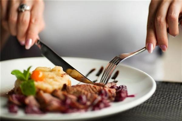 Nếu có dịp dùng bữa tại Đức, hãy chia đồ ăn thành nhiều phần càng nhỏ càng tốt rồi mới ăn. Họ cho rằng đây là cách tôn trọng đầu bếp và có ngụ ý khen ngợi thức ăn rất mềm và dễ ăn. (Ảnh: Internet)