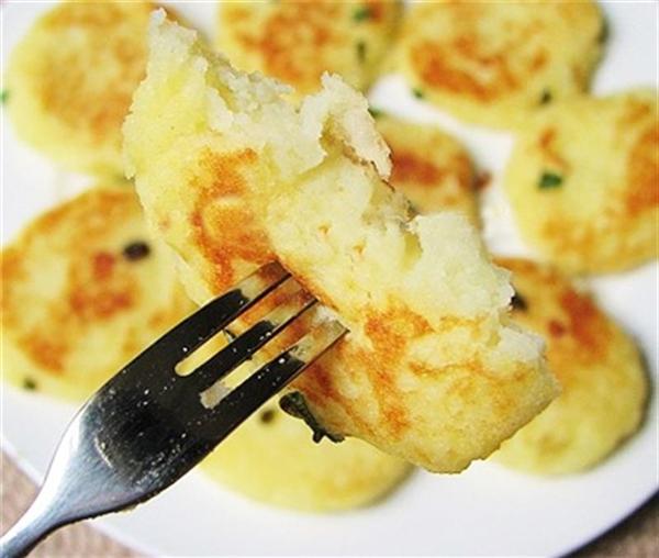 """Cũng chính vì quan niệm đó mà người Đức không dùng dao để cắt khoai tây mà dùng dĩa để ăn vì sử dụng dao nghĩa là bạn """"nghi ngờ"""" rằng khoai tây chưa chín mềm. (Ảnh: Internet)"""
