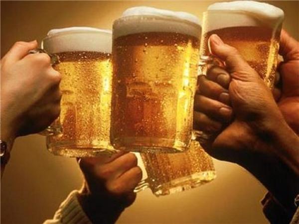 """Ở Việt Nam hay nhiều nước trên thế giới, mọi người luôn có thói quen chạm cốc, chúc tụng nhau khi uống bia nhưng điều này lại tuyệt đối chẳng bao giờ xảy ra ở Hungary. Nguyên nhân của việc """"tối kị"""" này là do người Hungary đã từng thất bại trong cuộc Cách mạng năm 1848 chỉ vì một chuyện liên quan đến chúc tụng bia. (Ảnh: Internet)"""