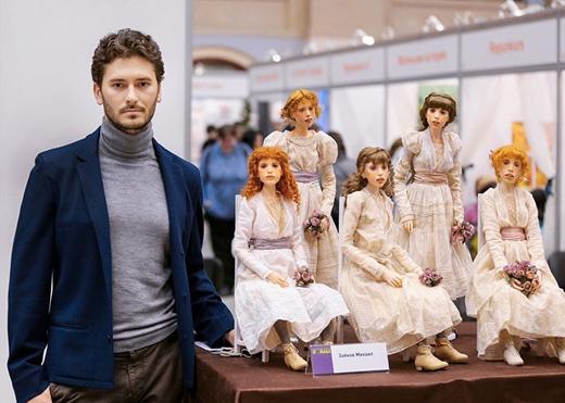 Michael Zajkovbên các tác phẩm của mình.(Ảnh:Michael Zajkov)