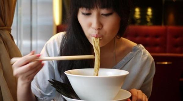"""Đối với người Nhật, tiếng húp mì """"xùm xụp"""" khi ăn được coi là lời khen ngợi tuyệt vời nhất dành cho đầu bếp. Hãy bày tỏ phép lịch sự bằng cách đó khi bạn được thưởng thức một tô mì ngon. (Ảnh: Internet)"""