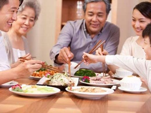 Và phép lịch sự tối thiểu là hãy để người đàn ông lớn tuổi nhất bắt đầu bữa ăn. (Ảnh: Internet)
