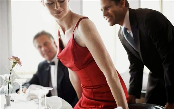 Với người Chile, một người đàn ông lịch thiệp là luôn biết kéo ghế mời phụ nữ ngồi xuống bàn trước. (Ảnh: Internet)