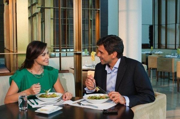 Khi ăn, họ cũng tuyệt đối không cầm dao dĩa chỉ về đối phương trong lúc nói chuyện. Nếu muốn trò chuyện, trước tiên hãy bỏ dao, dĩa của bạn xuống bàn. (Ảnh: Internet)
