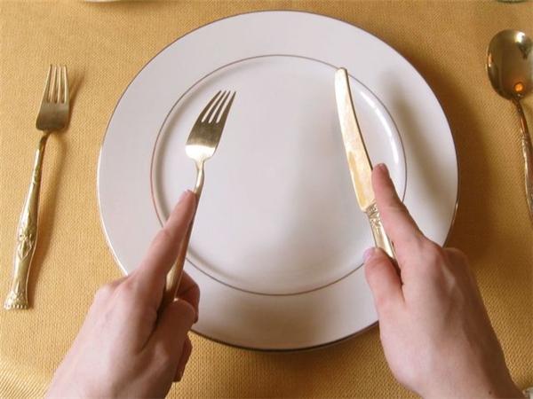 """Cách dùng dao, dĩa """"chuẩn Anh"""" là cầm dĩatay trái, và dao tay phải. (Ảnh: Internet)"""