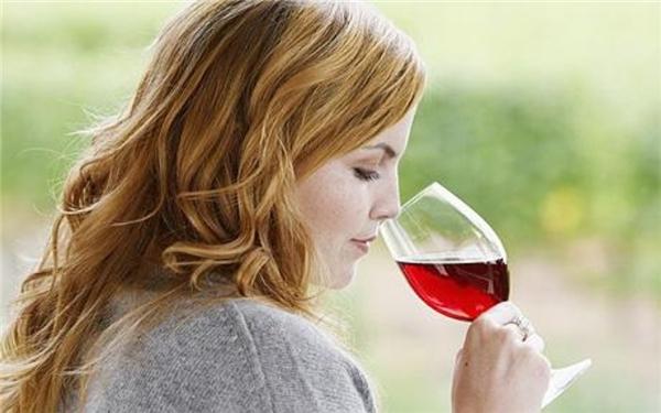 Người Georgia thường không có thói quen nhâm nhi rượu vang như ở nhiều nền văn hoá khác. Họ thường dùng những ly nhỏ và uống một ngụm hết luôn. (Ảnh: Internet)