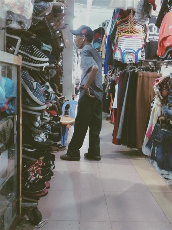 Ông cụ đi mua giày tặng vợ ở quê khiến cư dân mạng xúc động