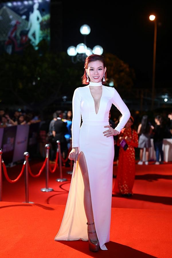 Bộ váy trắng của Thu Thủy tạo điểm nhấn bởi những đường cắt xẻ lạ mắt, hiện đại. Tuy nhiên, nếu không có chi tiết cổ đứng, bộ váy trông sẽ thanh thoát hơn.