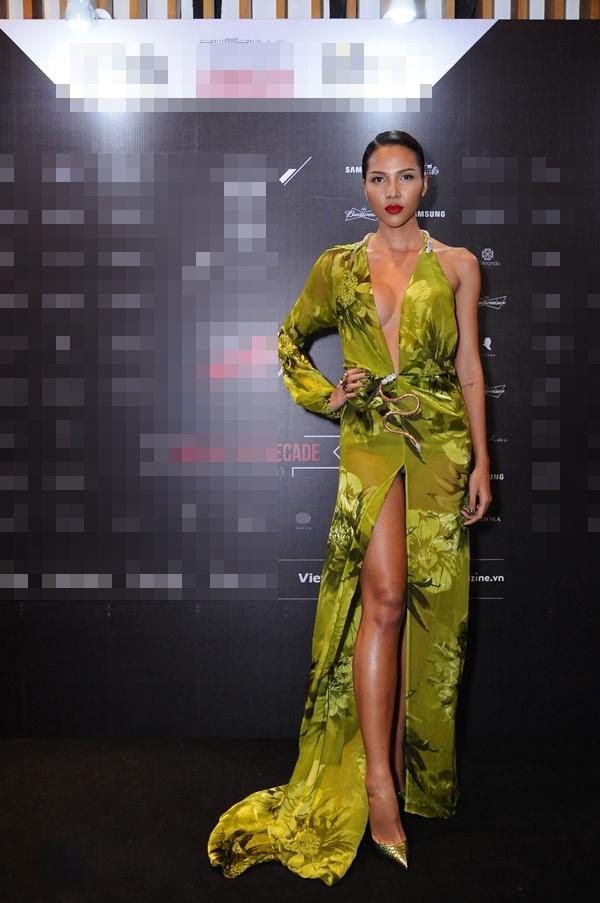 """Trong một đêm tiệc cuối năm trước đó, Giải đồng Siêu mẫu Việt Nam 2008 cũng từng """"đốt mắt"""" người đối diện trong bộ váy bằng chất liệu voan lụa mềm mại xẻ tà trước. Những bông hoa, họa tiết to bản giúp nền vải xanh trở nên nổi bật, thu hút hơn."""