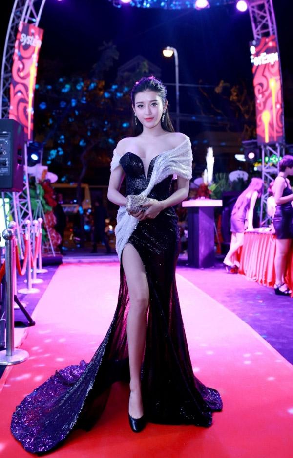 Cùng tham dự một đêm tiệc, cả ba nhan sắc: Trương Ngọc Ánh, Vũ Ngọc Anh và Huyền My cùng diện váy ôm sát khoe đường cong với phần xẻ tà sâu hút.