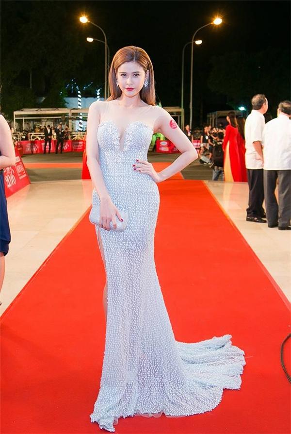 Trương Quỳnh Anh nền nã với sắc trắng xám trên thảm đỏ. Bộ váy được đính kết nhiều hạt ngọc trai tạo điểm nhấn.