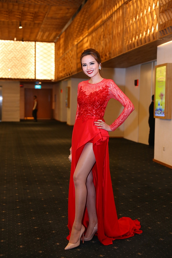 Diễm Hương khoe khéo đôi chân dài thẳng tắp trong dáng váy bất đối xứng hiện đại.