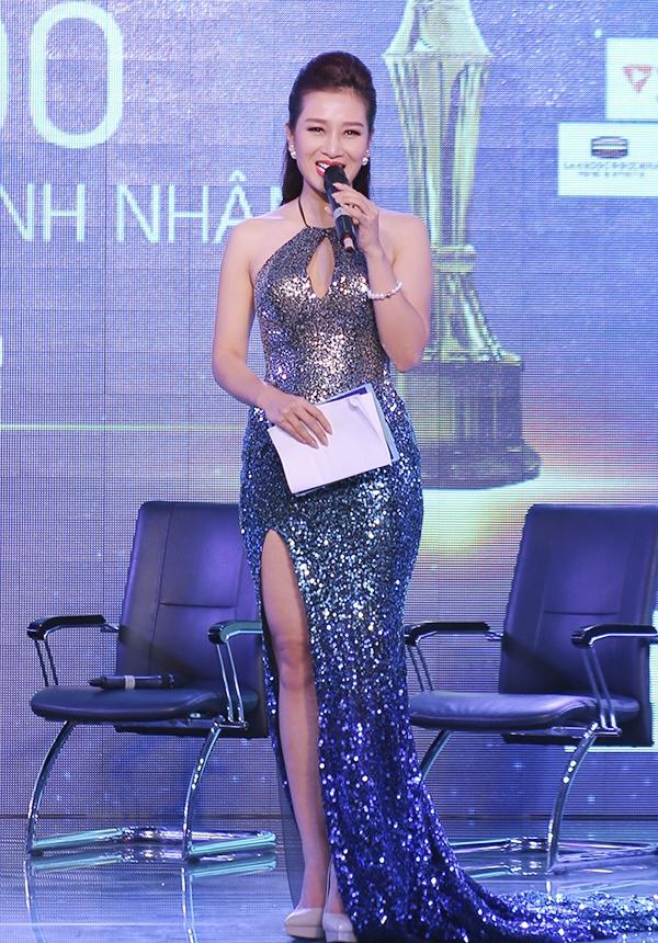 Hoa hậu Quý bà Thu Hương cũng không hề kém cạnh các đàn em trong một đêm tiệc mới diễn ra. Bộ váy tạo hiệu ứng chuyển màu khá bắt mắt bên cạnh phần tà xẻ cao.