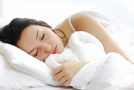Ngủ đủ giấc khiến tinh thần tỉnh táo, da dẻ hồng hào. Ngủ trên 7 tiếng một ngày, và cần có một giấc ngủ ngắn giữa ngày.(Ảnh:Internet)
