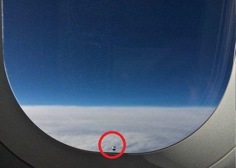 Chiếc lỗi nhỏ này giúp cân bằng áp lực trên trong và ngoài khoang hành khách của máy bay. (Ảnh: Internet)