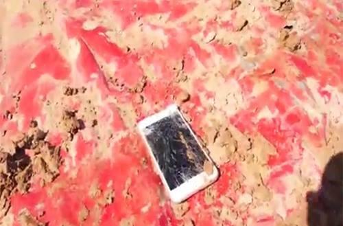 """iPhone 6S có thể """"sống sót"""" sau cú nghiền nghìn cân của xe tăng?"""