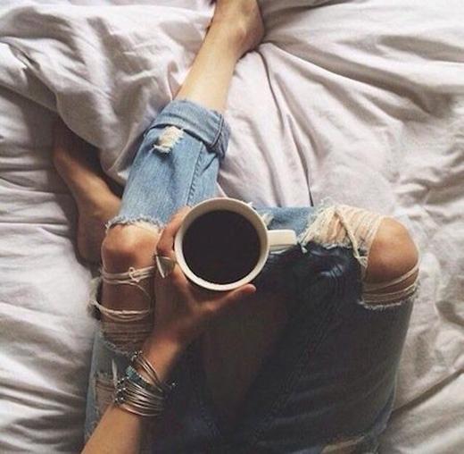 Caffeine: đây được xem là nguyên nhân phổ biến nhất. Các chuyên gia tin rằng việc tiêu thụ một lượng lớn cà phê trong ngày có thể ảnh hưởng đến giờ giấc, chất lượng và số lượng giấc ngủ. Ngoài ra việc uống cà phê vào buổi chiều còn làm rối loạn đồng hồ sinh học của cơ thể, làm tăng nguy cơ giật mình trong khi ngủ. (Ảnh: Internet)