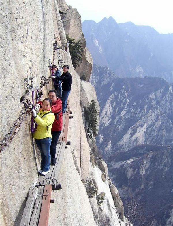 Nhiều du khách đánh giá đường dọc vách núi Hau Chan là cung đường nguy hiểm nhất thế giới. (Ảnh: Internet)
