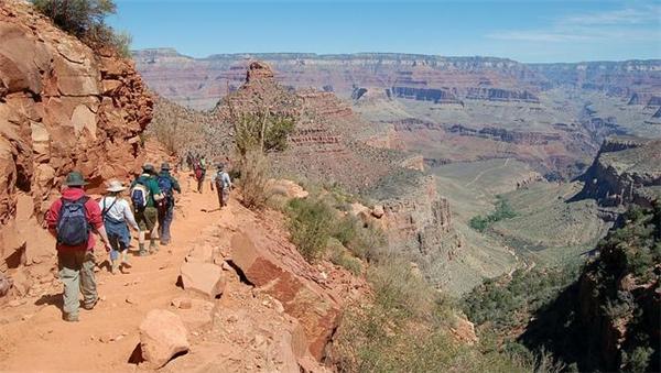 Nhiềudu kháchlầm tưởng rằng chẳng có gì đáng sợ khi đi bộtrong khu vườn quốc gia danh tiếng Grand Canyon.(Ảnh: Internet)