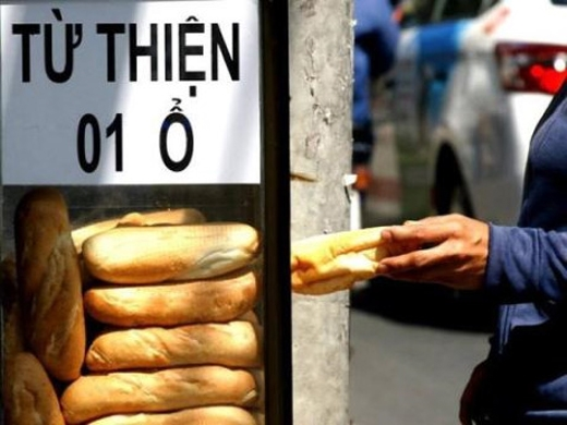 Thùng bánh mì miễn phí: nhiều người không khó khăn cũng tranh thủ lấy
