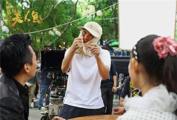 Châu Tinh Trì chỉ đạodàn diễn viên cách để chọc cười khán giả thông qua biểu cảm và cử chỉ.