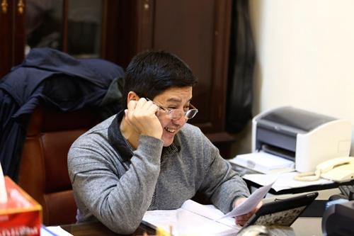 Chí Trung cùng các đồng nghiệp bàn bạc thêm về kịch bản vở diễn và kế hoạch làm việc trong tuần, trong tháng. - Tin sao Viet - Tin tuc sao Viet - Scandal sao Viet - Tin tuc cua Sao - Tin cua Sao