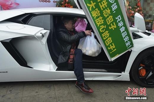 """Ông chủ """"sang chảnh"""" với túi bánh bao bước ra từ chiếc Lamborghini. (Ảnh: Internet)"""