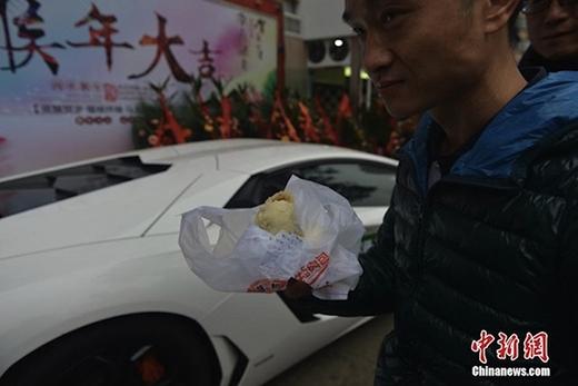Thực khách cực kì háo hức khi thấy chiếc siêu xe và biết do ông chủ đích thân giao bánh. (Ảnh: Internet)