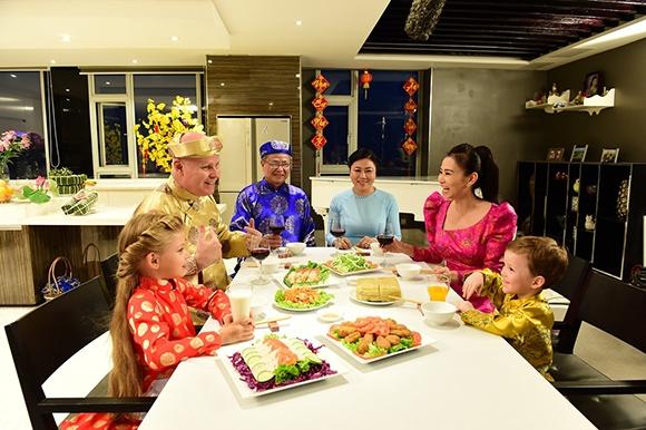 Thích thú hình ảnh ông xã Thu Minh cùng vợ diện áo dài đón Tết - Tin sao Viet - Tin tuc sao Viet - Scandal sao Viet - Tin tuc cua Sao - Tin cua Sao