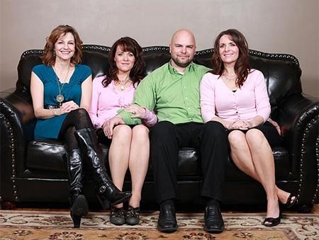 Người đàn ông cưới cùng lúc hai chị em. Ảnh: Internet