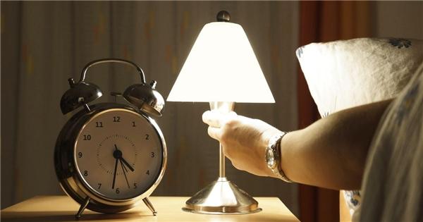 Bật đèn quá sáng khi ngủ có thể gây ra tác hại không ngờ cho sức khỏe. (Ảnh: Internet)