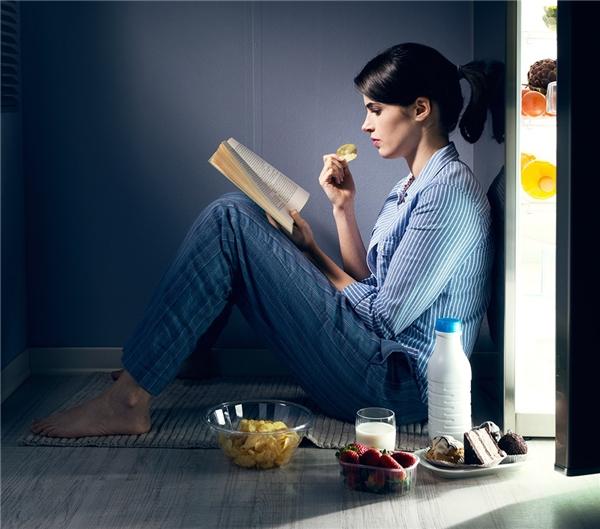 Bật đèn sáng, thức khuya gây ra cảm giác thèm ăn. (Ảnh: Internet)