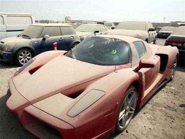 Ở Dubai, đến siêu xe cũng bị bỏ rơi
