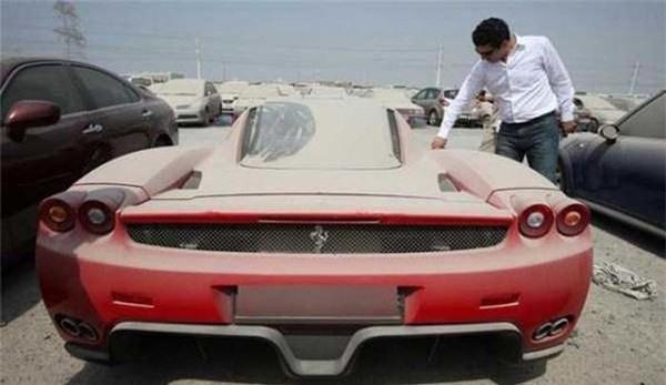 Hàng năm, khoảng 3000 chiếc siêu xe bị bỏ hoang ở Dubai. (Ảnh: Internet)