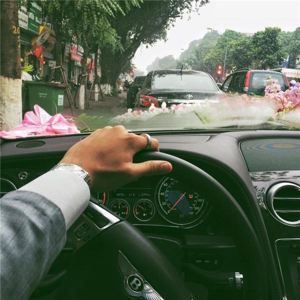 Ứng Kiêntự lái xe tới đón cô dâu. (Ảnh: Internet)