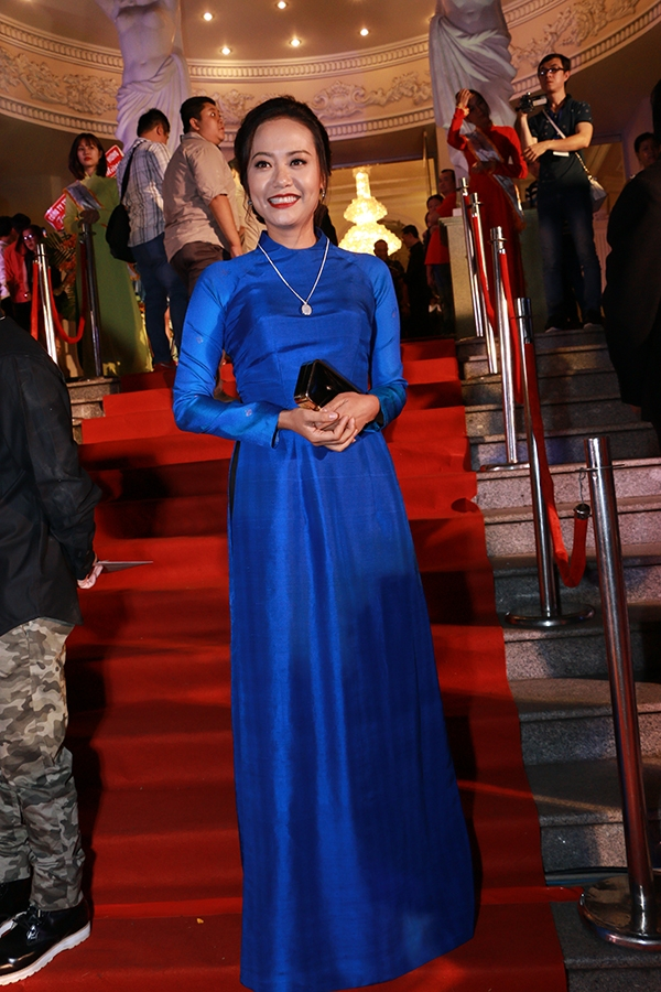Nữ diễn viên Hồng Ánh thướt tha trong tà áo dài xanh mượt mà xuất hiện trên thảm đỏ Mai Vàng. Hồng Ánh được đề cử trong hạng mục Nữ diễn viên sân khấu được yêu thích nhất. - Tin sao Viet - Tin tuc sao Viet - Scandal sao Viet - Tin tuc cua Sao - Tin cua Sao
