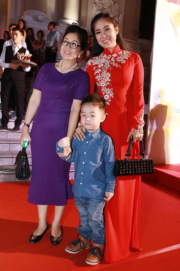 Nữ diễn viên Lê Phương đi cùng mẹ và cậu con trai Cà Pháo đến dự lễ Mai Vàng. Cô nằm trong danh sách đề cử của hạng mục Nữ diễn viên phim điện ảnh - truyền hình được yêu thích nhất. - Tin sao Viet - Tin tuc sao Viet - Scandal sao Viet - Tin tuc cua Sao - Tin cua Sao