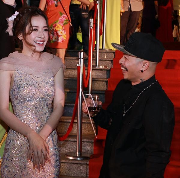 Vị đạo diễn trẻ vui mừng khi được hội ngộ cô em gái Chi Pu trên thảm đỏ của buổi lễ trao giải. Hai nghệ sĩ đã trò chuyện cùng nhau khá lâu và liên tục cười sảng khoái. - Tin sao Viet - Tin tuc sao Viet - Scandal sao Viet - Tin tuc cua Sao - Tin cua Sao