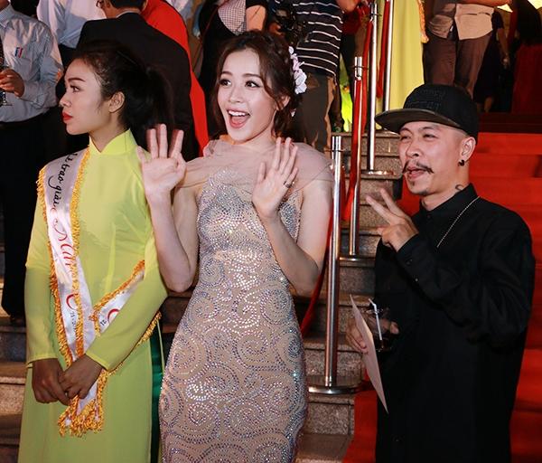Không những thế, Chi Pu và Việt Max còn tạo dáng xì-tin đáp lại tình cảm của các khán giả hâm mộ đang reo hò tên của họ một cách cuồng nhiệt. - Tin sao Viet - Tin tuc sao Viet - Scandal sao Viet - Tin tuc cua Sao - Tin cua Sao