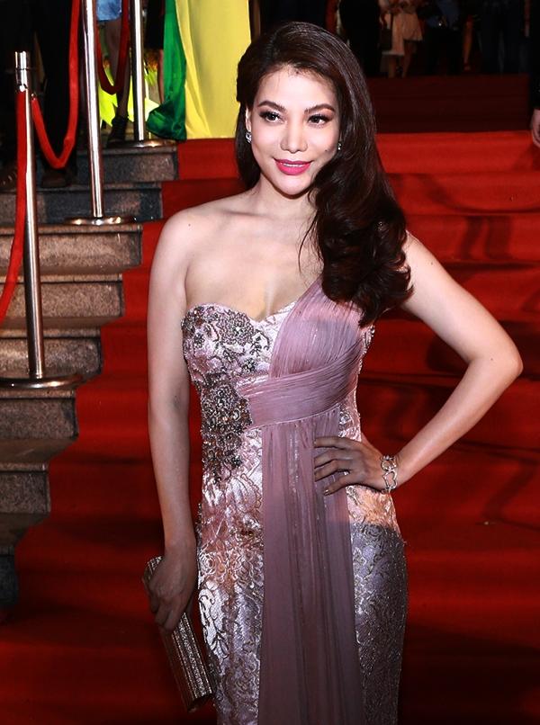 Tuy nhiên, nữ diễn viên vẫn vui vẻ đến tham dự và diện bộ trang phục thật lộng lẫy, thu hút mọi ánh nhìn. - Tin sao Viet - Tin tuc sao Viet - Scandal sao Viet - Tin tuc cua Sao - Tin cua Sao
