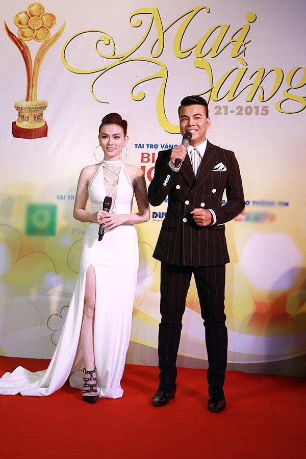 Nữ ca sĩ Thu Thủy và MC Duy Hải đảm nhận vai trò MC trên thảm đỏ của lễ trao giải năm nay. - Tin sao Viet - Tin tuc sao Viet - Scandal sao Viet - Tin tuc cua Sao - Tin cua Sao
