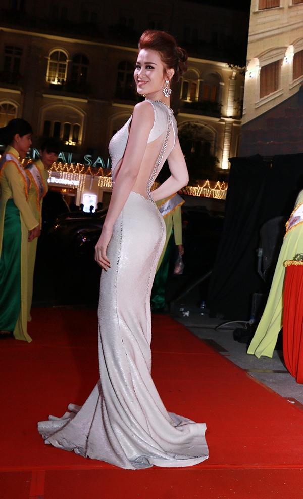 Chiếc váy dạ hội với thiết kế độc đáo, giúp nữ ca sĩ khéo léo khoe lưng trần gợi cảm và quyến rũ. - Tin sao Viet - Tin tuc sao Viet - Scandal sao Viet - Tin tuc cua Sao - Tin cua Sao