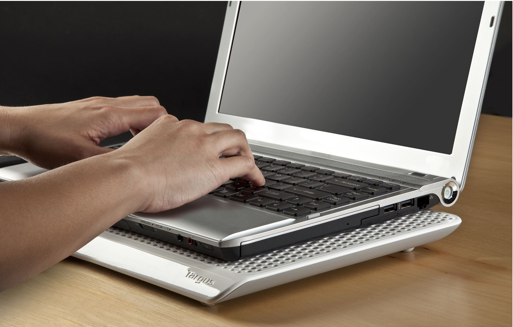 Bạn nên sử dụng máy tản nhiệt hoặc để máy tính trên bàn làm việc. (Ảnh: Internet)