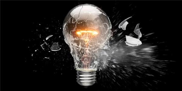 Sử dụng sai bóng đèn cũng là một nguyên nhân gây cháy. (Ảnh: Internet)