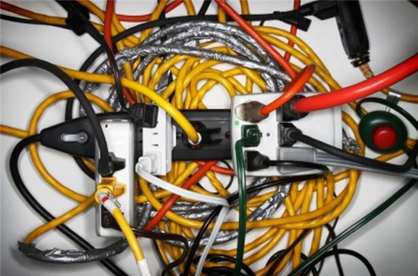Sử dụng quá nhiều ổ cắm điện rời có thể gây hỏa hoạn. (Ảnh: Internet)