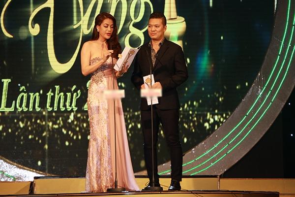 Tiếp tục chương trình trao giải, nữ diễn viên Trương Ngọc Ánh cùng đạo diễn Cường Ngô là người công bố kết quả của hạng mục Nam - nữ diễn viên điện ảnh, truyền hình được yêu thích nhất. - Tin sao Viet - Tin tuc sao Viet - Scandal sao Viet - Tin tuc cua Sao - Tin cua Sao