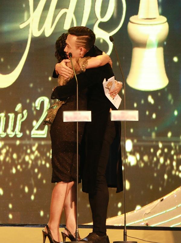 Nam MC đã không kìm được sự xúc động và ôm chầm lấy MC Quỳnh Hương thật lâu, ngay trên sân khấu. - Tin sao Viet - Tin tuc sao Viet - Scandal sao Viet - Tin tuc cua Sao - Tin cua Sao