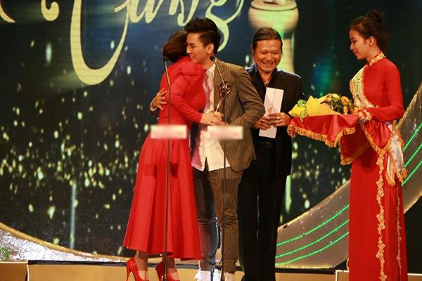 Nam ca sĩ Hoài Lâm đã vinh dự nhận được giải thưởng Ca sĩ hát nhạc mang âm hưởng dân ca hay nhất từ nữ ca sĩ Phi Nhung. - Tin sao Viet - Tin tuc sao Viet - Scandal sao Viet - Tin tuc cua Sao - Tin cua Sao
