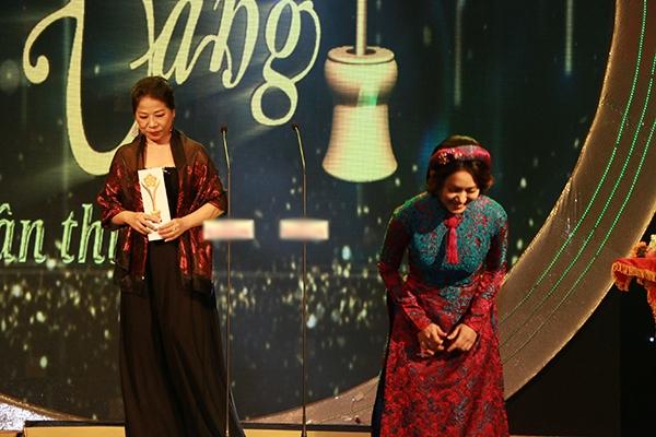 Nữ ca sĩ Thanh Thúy cúi đầu cảm tạ tình yêu thương của khán giả khi đã bầu chọn cho cô đạt được giải thưởng Ca sĩ hát nhạc truyền thồng Cách mạng hay nhất. - Tin sao Viet - Tin tuc sao Viet - Scandal sao Viet - Tin tuc cua Sao - Tin cua Sao