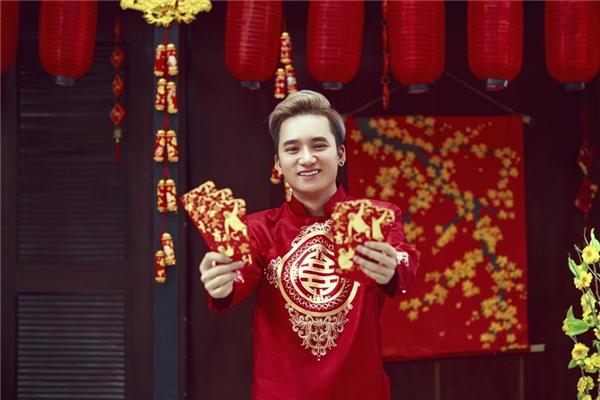 Hình ảnh lạ lẫm của Phan Mạnh Quỳnh trong bộ áo dài đỏ. - Tin sao Viet - Tin tuc sao Viet - Scandal sao Viet - Tin tuc cua Sao - Tin cua Sao